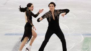 Tessa Virtue ja Scott Moir tanssivat lyhytohjelmaa.