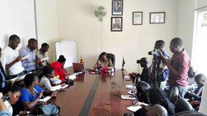 Ugandan poliisin tiedottaja Emilian Kayima tiedotustilaisuudessa Kampalassa 19. helmikuuta.