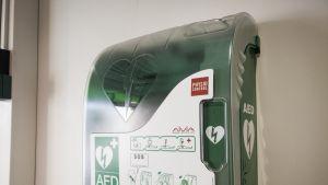 Defibrillaattoreita eli sydäniskureita on julkisissa tiloissa eri malleja. Ne toimivat kuitenkin kaikki samalla periaatteella.