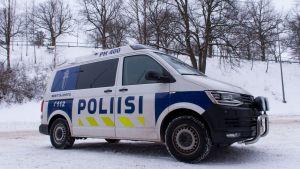 Poliisiauto kuvituskuvassa Lahden poliisiaseman pihassa.