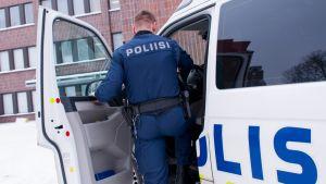 Lahtelainen poliisi kuvituskuvassa poliisiaseman pihassa.