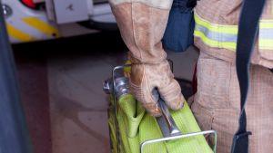 Palomies kantaa vesiletkua