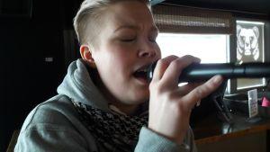 Suvi Ekman laulaa mikrofoniin
