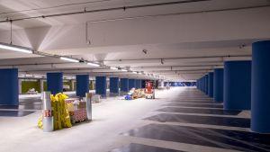 Seinäjoen Toriparkin parkkiruudut on maalattu sinisiksi.