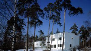 Valkoinen Aallon suunnittelema asuintalo talvimaisemassa Kotkan Sunilassa.
