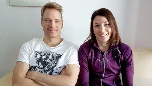 Ville ja Mona-Liisa Nousiainen istuvat kotisohvalla.
