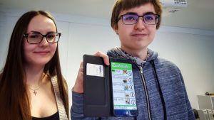 Suvi Koivula ja Roope Siikaluoma kehittelevät kouluruokailuun älypuhelinsovellusta Kuusamossa. Nilon koulu.