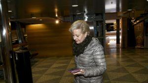Suvi Lindén Helsinki-Vantaan lentoasemalla.