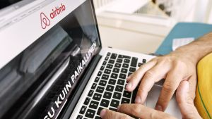 Henkilö selaa Airbnb-palvelun sivustoa.