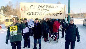 Mielenosoitus Virolahdella Osuuspankin edessä.
