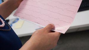 Päijät-Hämeen keskussairaalan sydänlääkäri näyttää potilaan sydänkäyrää.