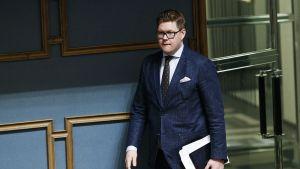 SDP:n Antti Lindtman eduskunnan täysistunnossa.
