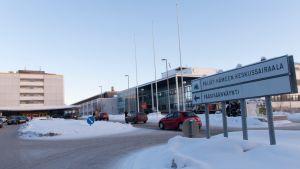 Päijät-Hämeen keskussairaala ja pääsisäänkäynnin kyltti Lahdessa.