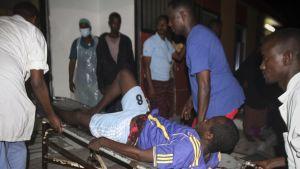 Loukkaantunutta viedään sairaalahoitoon Mogadishussa, Somalissa.