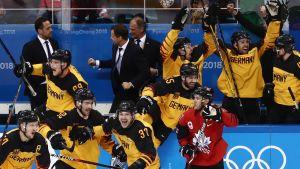 Saksa juhlii Kanadaa vastaan olympiavälierässä.