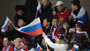 Venäläisfanit jääkiekkokatsomossa.