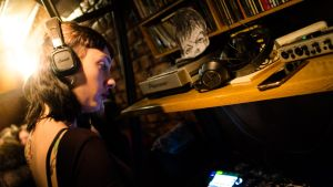 Gamze Koba soittaa dj-levyjä istanbulilaisessa baarissa. Koba ei ole antanut naapuruston mielipiteiden rajoittaa elämäänsä.