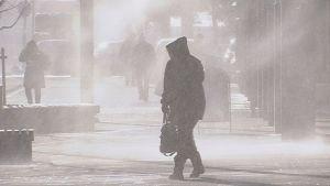 Lumipyry Kouvolan kävelykadulla Manskilla