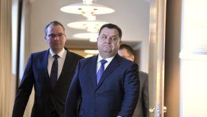 Ukrainan puolustusministeri Stepan Poltorak (oik.) tapasi Suomen vierailullaan puolustusministeri Jussi Niinistön Helsingissä.
