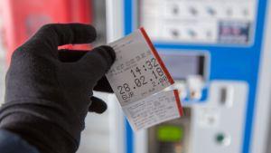 Pysäköintilippu tulostettuna automaatista.