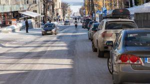 Autoja pysäköitynä Kuopion keskustassa Kauppakadulla.