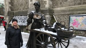 Mia Holmbäck Molly Malone -patsaalla Dublinissa.
