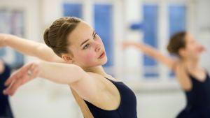15-vuotias Lotta Sällinen harjoittelee balettistudiolla Kokkolassa.