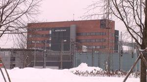 Toimistotalo kuvattuna talvella