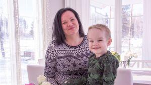 Työelämänvalmennuksesta apua saanut kolmen lapsen äiti Ilona Alatalo suloisen Lenni-poikansa kanssa.