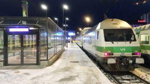 Juna laiturilla Tampereen rautatieasemalla.