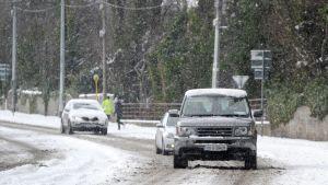 Autoja lumisella tiellä Dublinissa, Irlannissa.
