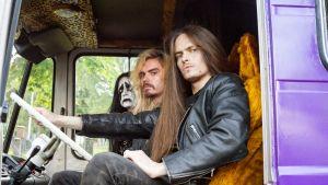 Hevi reissu -elokuvan Impaled Rektum -bändin jäsenet keikka-autossa.