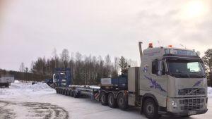 Erikoiskuljetus odottaa vielä lastaamista. Kuljetus starttaa Kuortaneelta Vaasan kautta kohti Lempäälää lauantaiaamuna kello 9.
