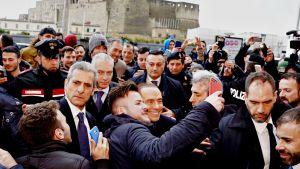 Silvio Berlusconi kannattajiensa ympäröimänä Napolissa 3. maaliskuuta 2018.