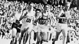 Roger Bannister (numerolla 139) EM-kisojen 1500 metrin finaalissa vuonna 1954. Numerolla 664 juoksee Suomen Jorma Kakko, joka sijoittui lopulta 10:nneksi.