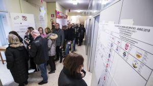 Roomalaiset jonottivat äänestyspaikoille Italian sunnuntaisissa parlamenttivaaleissa.