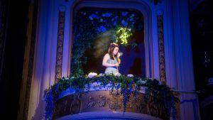 Satu Tuuli Karhu näyttelee Kansallisteatterin uudessa tulkinnassa Juliaa.