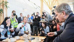 Krista Pärmäkoski ja Iivo Niskanen kahvittelevat tasavallan presidentin kanssa.