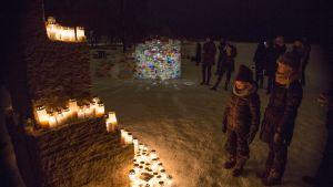 Ihmiset toivat kynttilöitä menehtyneen nuorukaisen muistoksi tänään maanantai-iltana Lauttasaaren rantaan.