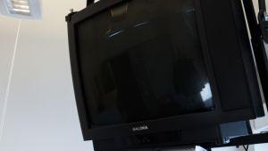 Televisio huoneen seinällä.