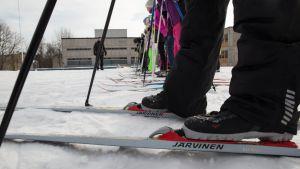 Koululaisia hiihtämässä