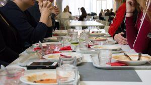 Oppilaita syömässä kouluruokaa Kastellin monitoimitalolla