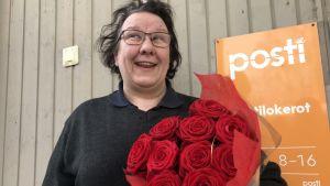 Kaija Nylund ja naistenpäivän ruusukimppu