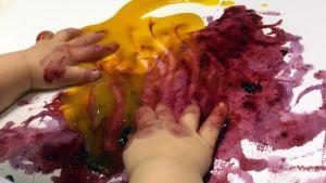 Lapsi leikkii väreillä.