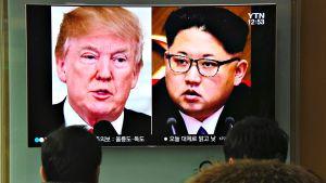 Ihmiset katsovat televisiolähetystä Etelä-Korean Soulissa, jossa kerrotaan Pohjois-Korean johtajan Kim Jong-unin lähettäneen tapaamiskutsun Yhdysvaltojen presidentille Donald Trumpille Etelä-Korean välityksellä.