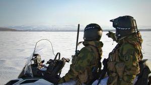 Norjalaisia rajasotilaita Salmijärven jäällä 22. helmikuuta 2018. Järven takana häämöttää Venäjän Nikkelin kaivoskaupunki ja Petsamo-tunturit.