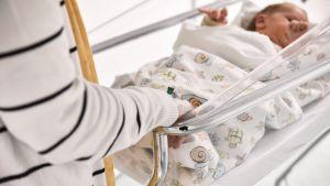 Äiti ja vastasyntynyt vauva sairaalassa.