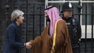 Britannian pääministeri Theresa May ja Saudi-Arabian kruununprinssi Mohammad bin Salman kättelevät Lontoossa pääministerin virka-asunnon edessä.