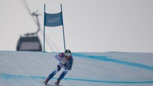 Para-alppihiihtäjä Santeri Kiiveri laskee syöksyä Pyeongchangin paralympialaisissa