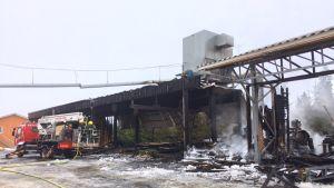 Palossa turmeltunut rakennus Alavudella.